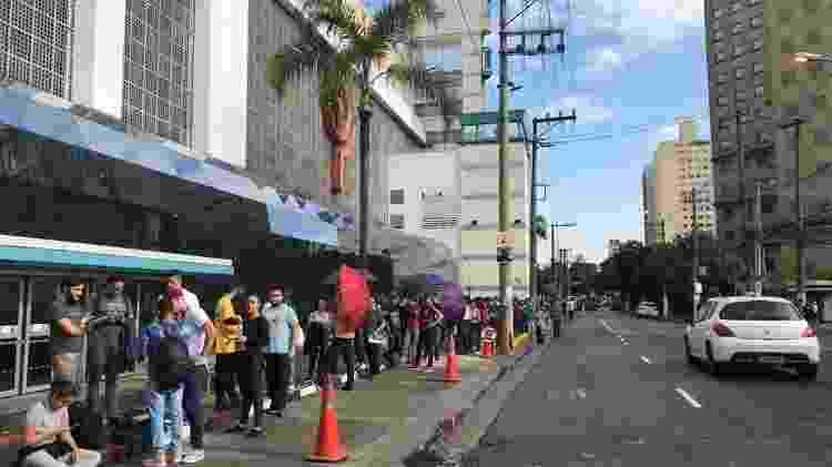 Por volta das 9h, a fila de espera para a inauguração da loja da Xiaomi virava o quarteirão do Shopping Ibirapuera - Bruna Souza Cruz/UOL