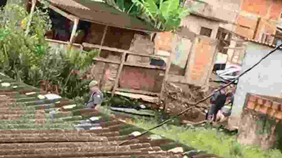 Moradores gravaram policiais em ação e dizem que os PMs jogaram um corpo em um córrego - WhatsApp