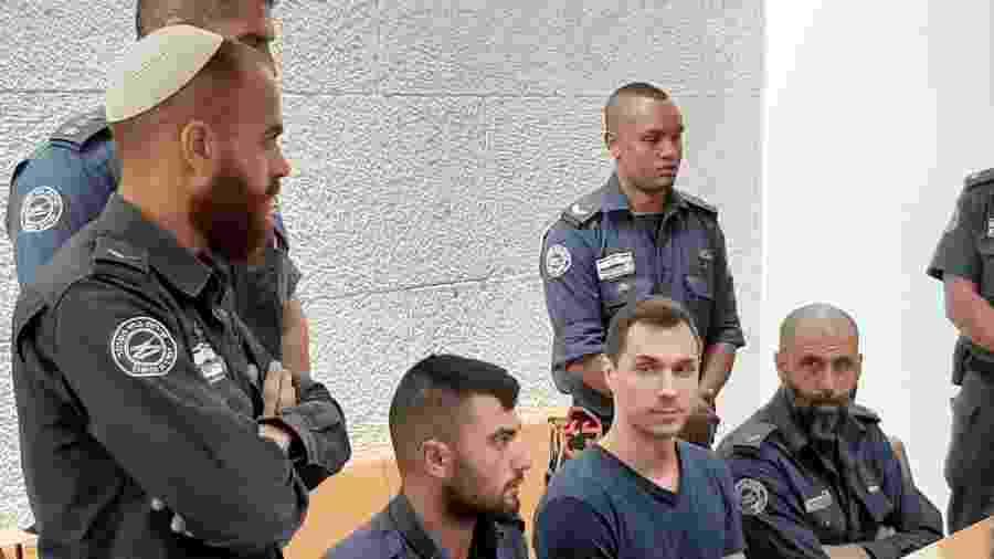 Alexei Burkov (no centro, de camisa cinza) foi extraditado por Israel para os Estados Unidos - Andrei Shirokov/TASS/Getty Images