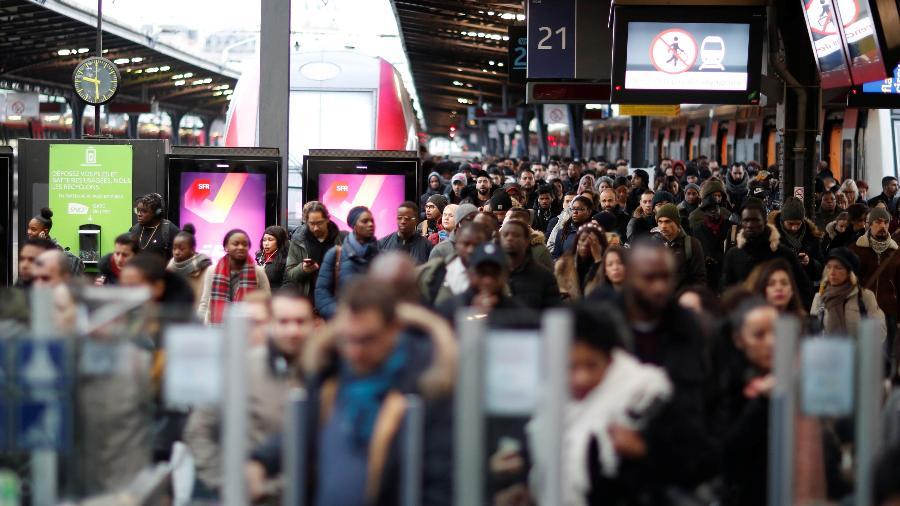 """23.dez.2019 - Plataforma da estação Gare de l""""Est durante protesto contra reforma da Previdência em Paris, na França - Gonzalo Fuentes/Reuters"""