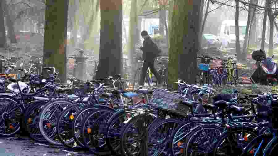 6.jan.2020 - Bicicletas estacionadas no Bois de Vincennes, em Paris, durante greve nos transportes da cidade, em razão dos protestos contra a reforma da Previdência proposta pelo governo da França - Charles Platiau/Reuters