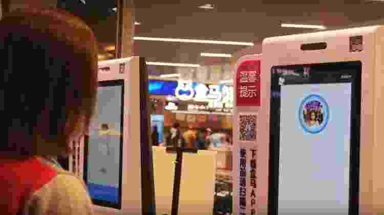 Consumidora utiliza autoatendimento com reconhecimento facial no supermercado Hema - Reprodução