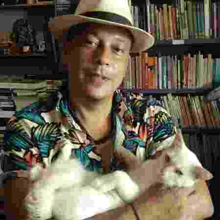 O livreiro Ivan Costa e o gato Mingau - Divulgação