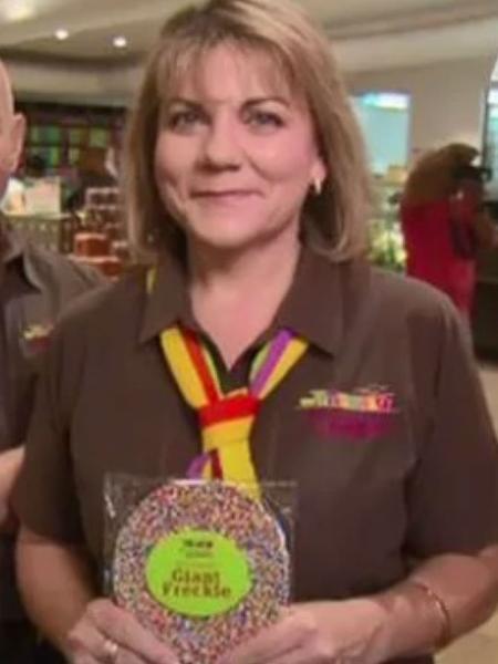 """Loja de Leanne (foto) e Ian Neeland comercializava chocolates com granulados, mas multinacional alega que registrou o termo """"granulados"""" - Nine News/Reprodução"""