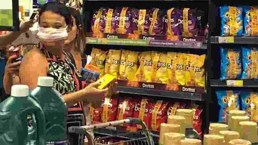 Mulher com máscara faz compras em supermercado do Rio. Lei foi alterada para permitir proteção durante pandemia  - Herculano Barreto Filho/UOL