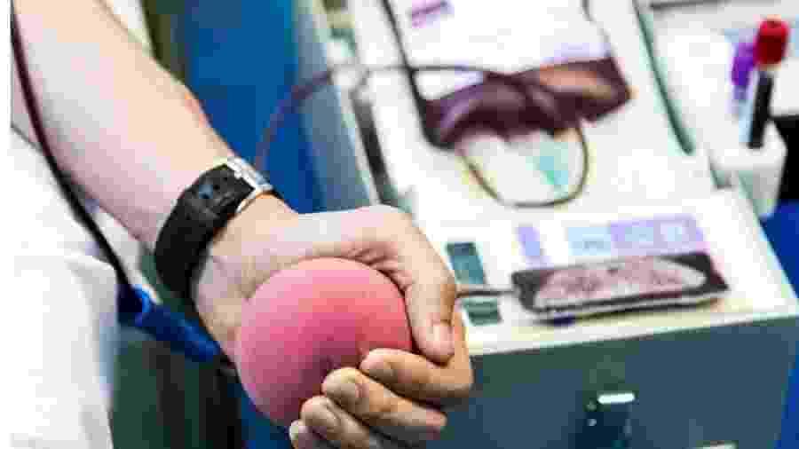 Apesar de estoques baixos de sangue em meio à pandemia do coronavírus, Ministério da Saúde manterá restrição de doação por parte de homens gays - Getty Images