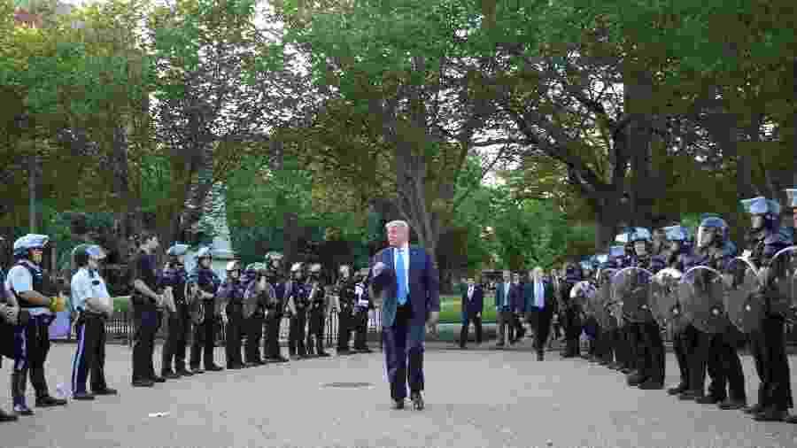 O presidente dos EUA, Donald Trump, promete invocar a Lei de Insurreição de 1807 contra protestos - Tom Brenner/Reuters