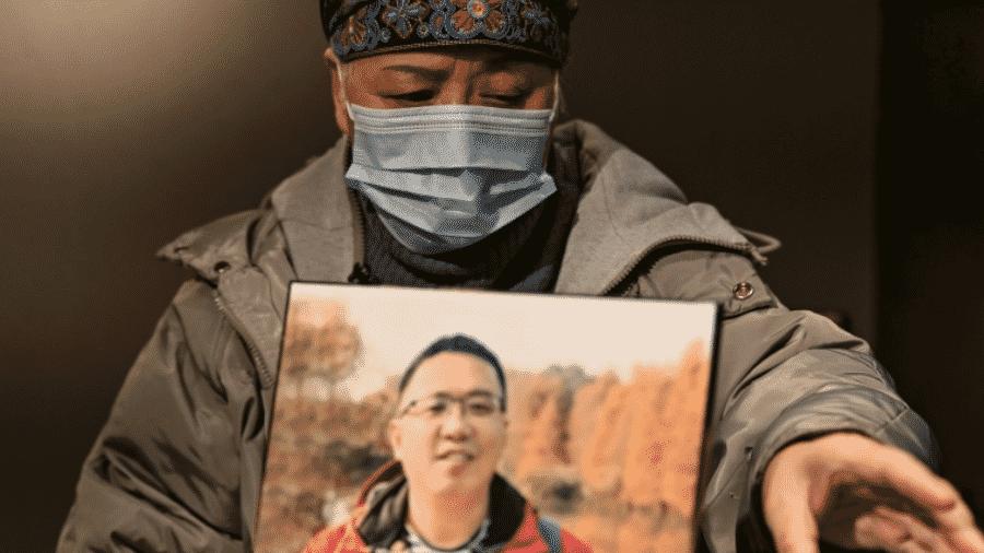 Zhong Hanneng, ainda vive o luto pela morte do filho, vítima da covid-19, em Wuhan, na China - AFP
