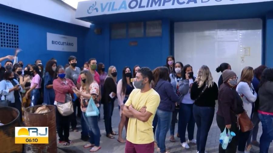 Vacinação de profissionais da educação e pessoas acima de 50 anos com comorbidades gerou aglomeração em Duque de Caxias - Reprodução/TV Globo