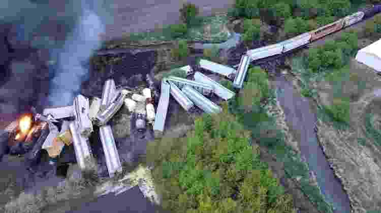 Vagões pegam fogo após trem descarrilar - NATHAN MINTEN/REUTERS - NATHAN MINTEN/REUTERS