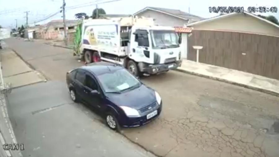 Homem não havia percebido que deixou celular cair na rua e foi procurado por coletor de lixo que achou o aparelho - Reprodução/ Facebook