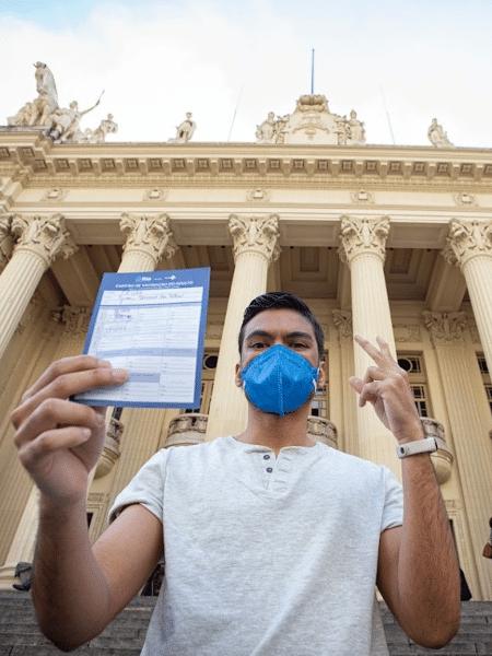 Cartão de vacinação entregue no momento da aplicação serve como passaporte no Rio de Janeiro - Reprodução/Twitter SMS
