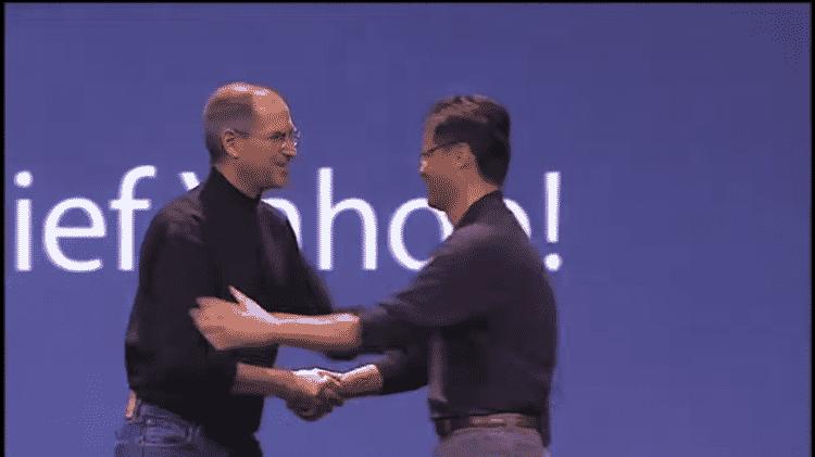 Jerry Yang, CEO do Yahoo, no lançamento do iPhone em 2007 - Reprodução - Reprodução