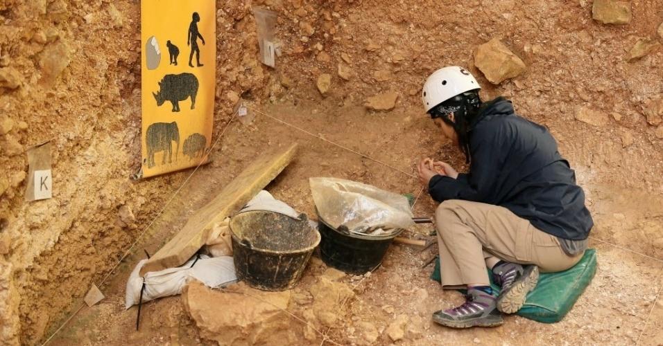 19.jun.2015 - Arqueólogo participa de início de escavação no sítio arqueológico