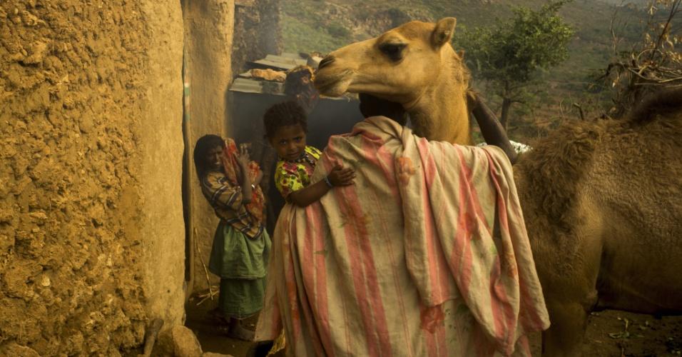 Agradecendo. Um homem mostra sua afeição pelo camelo. O animal é usado para transporte, comércio e leite na Etiópia e região