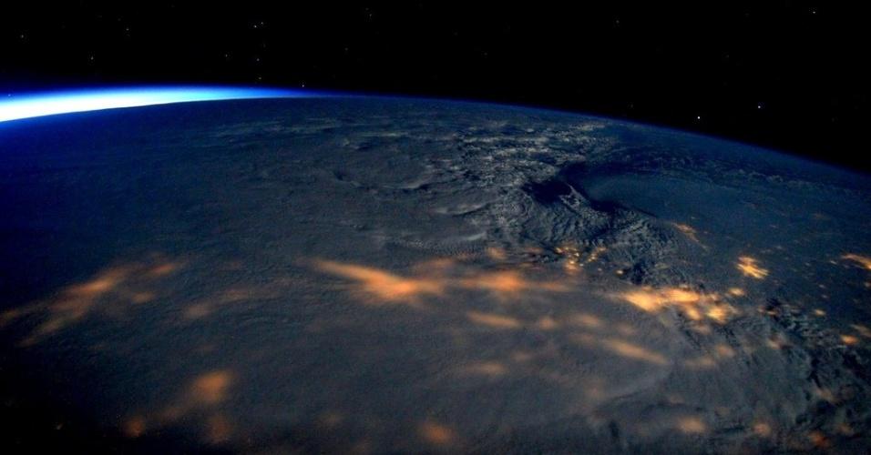 23.jan.2016 - Esta imagem tirada pelo astronauta Scott Kelly mostra a tempestade de neve que paira sobre os Estados Unidos neste momento. A nevasca que atinge desde áreas centrais até a costa leste promete bater recordes. Nesta foto da tempestade vista de cima, é possível notar o poder dela