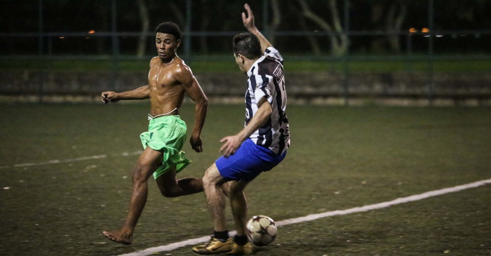 22.jan.2016 - Peladeiros jogam futebol durante a madrugada em um campo de grama sintética do Aterro do Flamengo, parque situado na zona sul do Rio de Janeiro