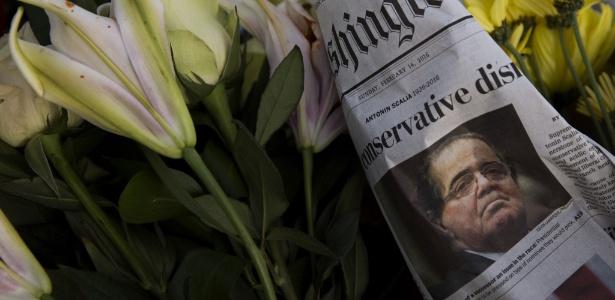 Homenagem ao juiz Antonin Scalia é colocada diante da Suprema Corte americana, em Washington D.C.