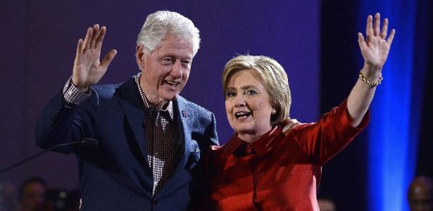 Hillary e o marido, o ex-presidente Bill Clinton, festejam a vitória no caucus democrata de Nevada