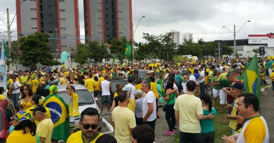 13.mar.2016 - Manifestantes se reúnem em Jacareí, interior de São Paulo, para protestar contra o contra o governo Dilma Rousseff (PT). Manifestações devem ocorrer em pelo menos 415 cidades brasileiras e outras 23 no exterior, de acordo com os movimentos organizadores. A foto foi enviada pelo internauta Alexsandro Quadros da Rocha para o WhatsApp do UOL Notícias: (11) 95520 5752
