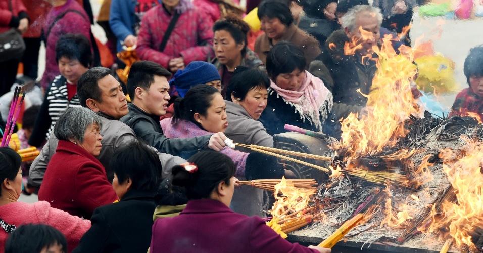 23.mar.2016 - Em cerimônia, incensos são acesos em louvor ao filósofo e alquimista chinês Lao Zi (604-531 a.C.) na cidade de Taiqing, na região central da China. Lao Zi é considerado o fundador do taoismo