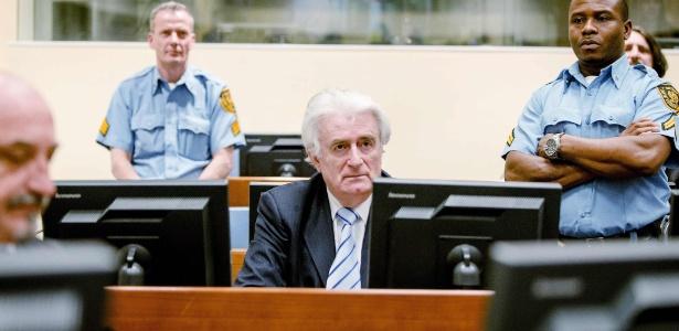 O líder sérvio Radovan Karadzic aguarda a leitura de seu veredicto em Haia (Holanda)