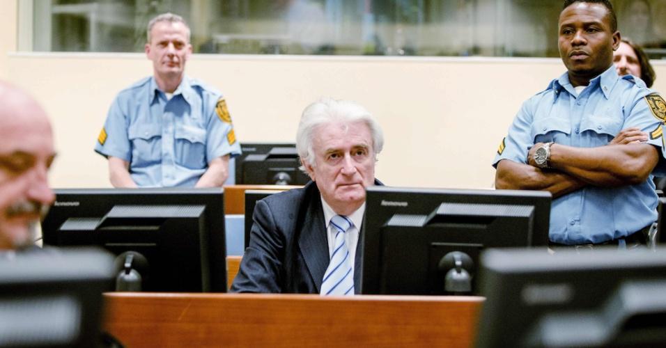 24.mar.2016 - O ex-líder sérvio Radovan Karadzic aguarda a leitura de seu veredicto em Haia (Holanda)