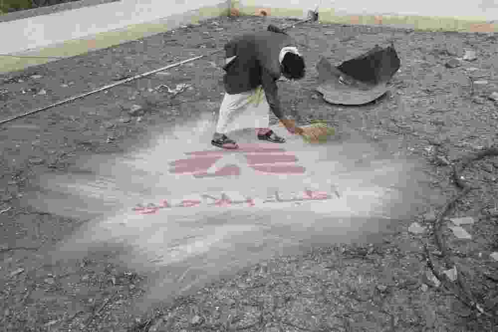 26.mar.2016 - Depois de um ataque aéreo no final de outubro de 2015, um homem limpa os destroços na cobertura do hospital de MSF (Médicos Sem Fronteiras) em Haydan, no Iêmen. A imagem foi feita pela fotógrafa Rawan Shaif que viajou por cidades das áreas controladas pelos houthis no norte do Iêmen, entre outubro de 2015 e fevereiro deste ano, para documentar os efeitos da guerra na população. Há exatamente um ano tinha início os bombardeios da coalizão árabe contra os houthis. Segundo a ONU (Organização das Nações Unidas), 3.218 civis morreram e 5.778 ficaram feridos nos bombardeios - Rawan Shaif/MSF