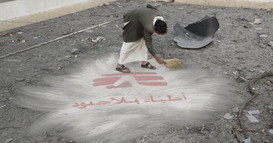 26.mar.2016 - Depois de um ataque aéreo no final de outubro de 2015, um homem limpa os destroços na cobertura do hospital de MSF (Médicos Sem Fronteiras) em Haydan, no Iêmen. A imagem foi feita pela fotógrafa Rawan Shaif que viajou por cidades das áreas controladas pelos houthis no norte do Iêmen, entre outubro de 2015 e fevereiro deste ano, para documentar os efeitos da guerra na população. Há exatamente um ano tinha início os bombardeios da coalizão árabe contra os houthis. Segundo a ONU (Organização das Nações Unidas), 3.218 civis morreram e 5.778 ficaram feridos nos bombardeios