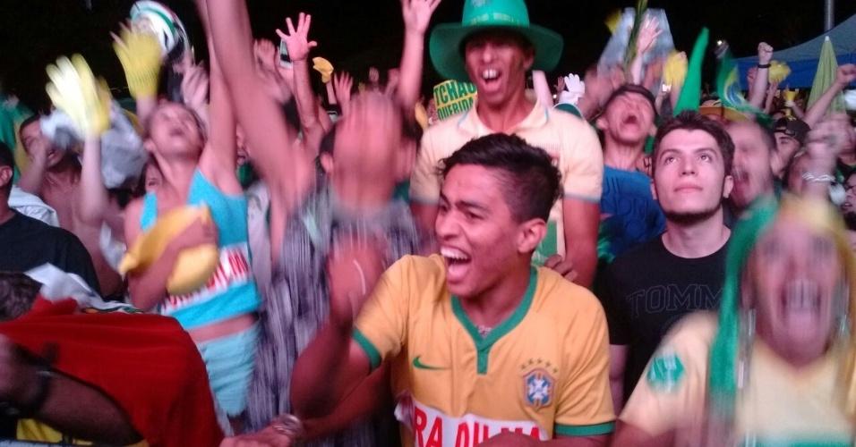 17.abr.2016 - Manifestantes pró impeachment comemoram aprovação da abertura do processo contra a presidente Dilma Rousseff em votação na Câmara dos Deputados, em frente a telão montado na Esplanada dos Ministérios, em Brasília