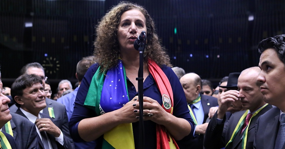 17.abr.2016 - Uma das mais ativas deputadas pró-governo, Jandira Feghali (PCdoB-RJ) declarou voto contrário ao impeachment
