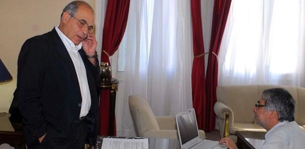 O então ministro Miguel Lopez Perito se reune com o ex-presidente Fernando Lugo em foto de 2009