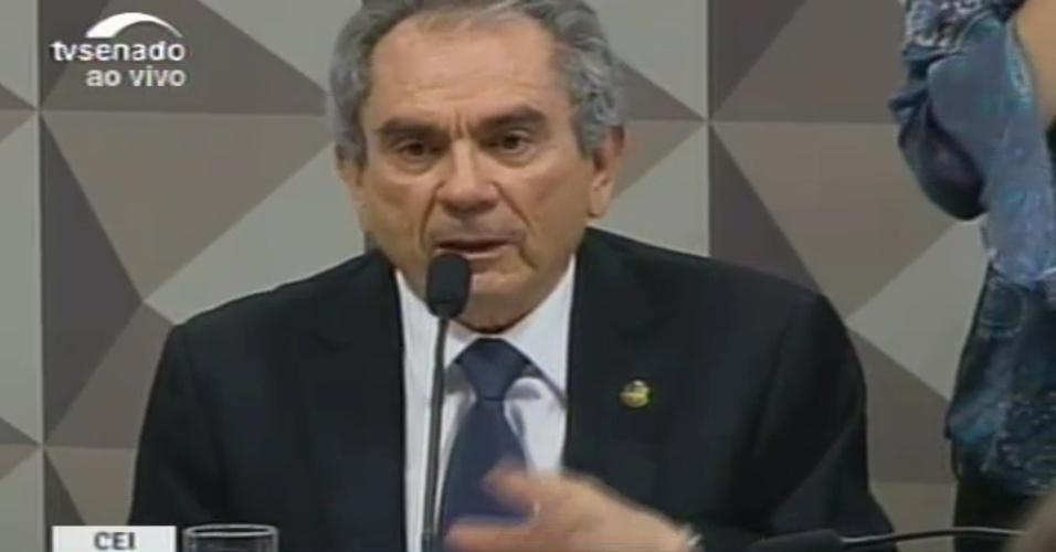 27.abr.2016 - O senador Raimundo Lira (PMDB-PB), presidente da comissão especial do impeachment, abre os trabalhos da segunda sessão do grupo