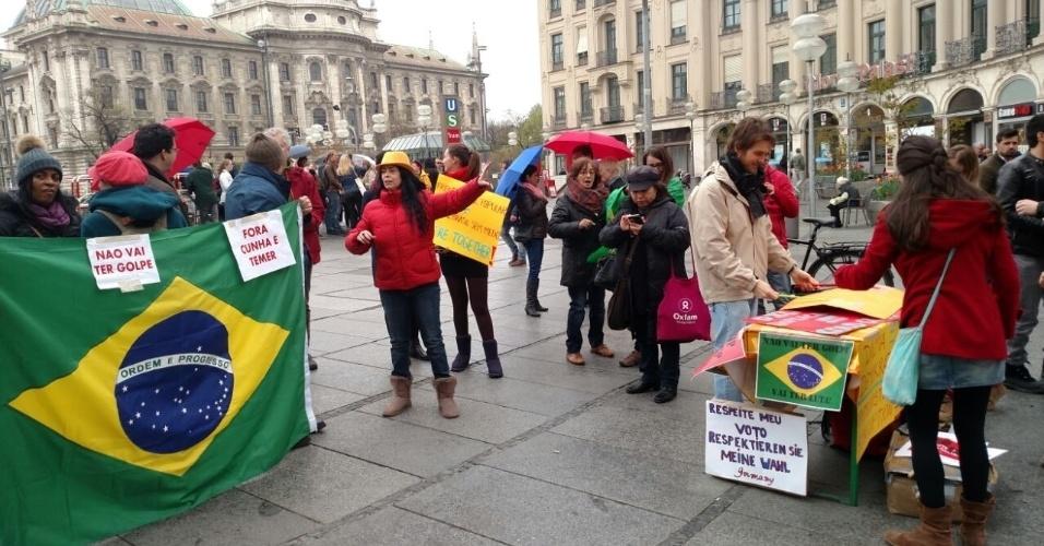 1º.mai.2016 - Brasileiros em Munique, na Alemanha, se reúnem para protesto contra o impeachment de Dilma Rousseff. A foto foi enviada para o WhatsApp do UOL por Leandro Rocha Gonçalves