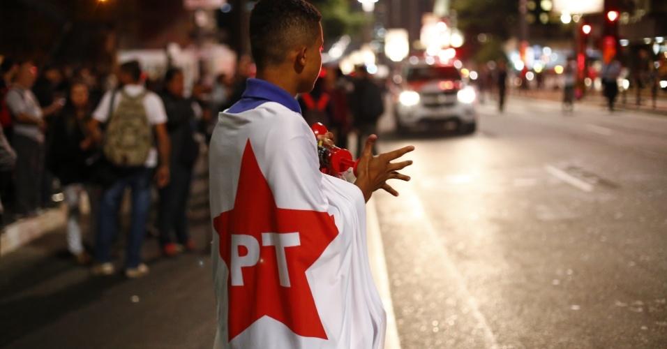 11.mai.2016 - Manifestantes pró-Dilma começam a se reunir em frente ao Masp (Museu de Arte de São Paulo), na avenida Paulista. Eles acompanham a votação da admissibilidade do processo da presidente no Plenário do Senado