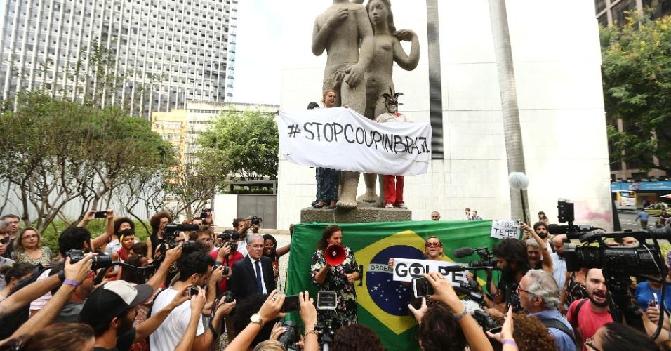 """16.mai.2016 - Ativistas e artistas contrários à extinção do Ministério da Cultura (MinC) protestam contra o presidente interino Michel Temer (PMDB) em frente ao Palácio Capanema, no centro do Rio de Janeiro. Eles ocuparam o prédio mais cedo e promovem um """"abraçaço"""" contra o afastamento de Dilma Rousseff, o que consideram um golpe"""