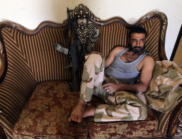 Membro de força pró-governo líbio descansa em zona rural perto de Benghazi, na Líbia