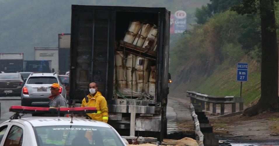 18.mai.2016 - Um caminhão pegou fogo na rodovia Castello Branco, sentido interior, na manhã desta quarta-feira (18), em Barueri (SP). Segundo os Bombeiros, o produto químico que vazou na rodovia é Ametrina, utilizado na produção de fertilizantes. Trata-se de um produto inflamável e tóxico, por isso os bombeiros que trabalham no local usam máscaras e cilindro de oxigênio