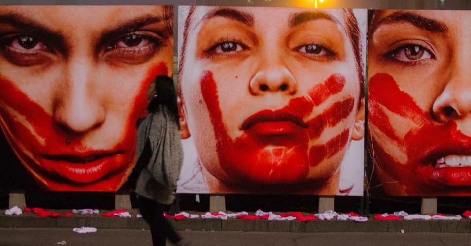 """10.jun.2016 - Ativistas da ONG Rio de Paz fazem ato público para lembrar o abuso sofrido pelas mulheres, no vão-livre do Masp (Museu de Arte de São Paulo), na avenida Paulista, em São Paulo. Roupas íntimas foram expostas na calçada e  painéis com imagens do fotógrafo Marcio Freitas sobre o tema """"Nunca me calarei"""" foram instalados"""
