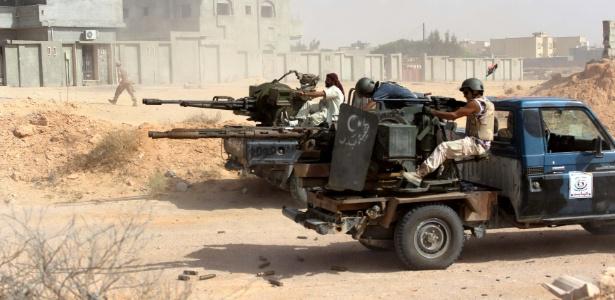 Combatentes aliados ao novo governo de unidade da Líbia dispara contra posições do Estado Islâmico na região de Algharbiyat, em Sirte - Reuters