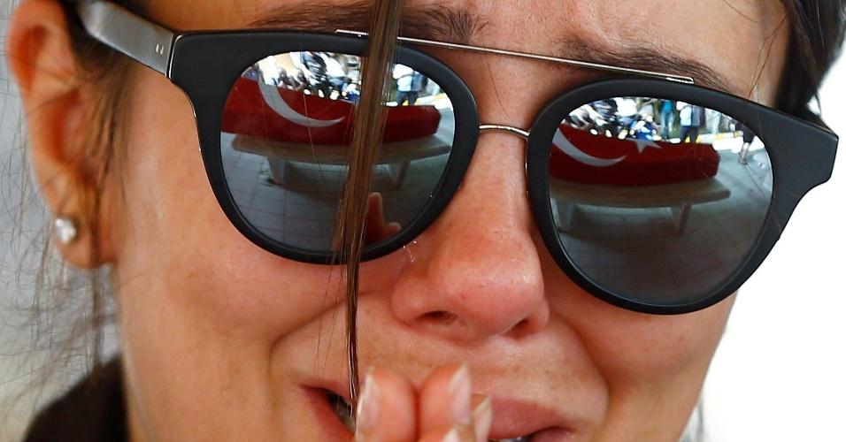 29.jun.2016 - Uma amiga do comissário de bordo da Turkish Airlines Gulsen Bahadir, 28, chora durante o funeral dele em Istambul, na Turquia. Gulsen foi morto durante ataque terrorista no aeroporto internacional de Ataturk, em Istambul