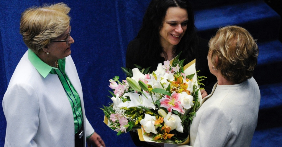 30.ago.2016 - A advogada Janaina Paschoal, uma das autoras do pedido de impeachment da presidente afastada, Dilma Rousseff, recebe flores das senadoras Ana Amélia (PP-RS) e Marta Suplicy (PMDB-SP), após discursar no Senado. Em seu discurso, Janaina reiteirou que o governo Dilma praticou pedaladas fiscais, mas no fim pediu desculpas por ter causado sofrimento a Dilma