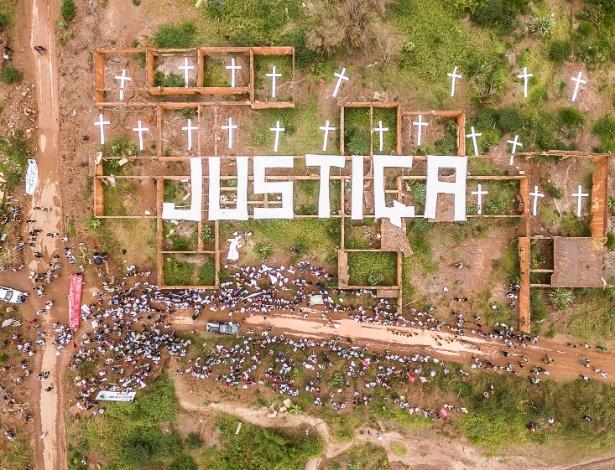 Nas ruínas da escola de Bento Rodrigues, ativistas do Greenpeace e cerca de mil pessoas do Movimento dos Atingidos por Barragens pedem justiça às 20 pessoas que morreram e aos milhares de afetados pela lama das mineradoras Samarco, Vale e BHP