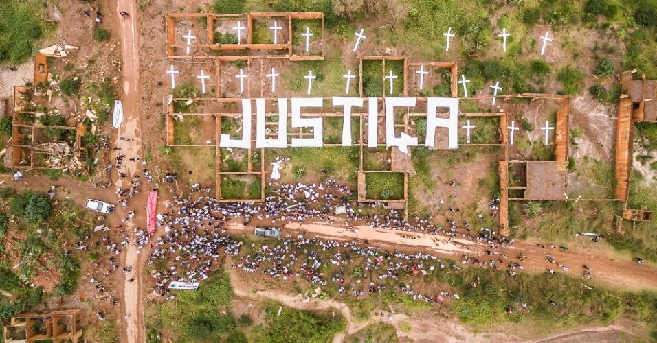 5.nov.2016 - Sobre as ruínas da escola do distrito de Bento Rodrigues, ativistas do Greenpeace e cerca de mil pessoas do Movimento dos Atingidos por Barragens (MAB) pedem justiça às 20 pessoas que perderam a vida e aos milhares de afetados pela lama das mineradoras Samarco, Vale e BHP