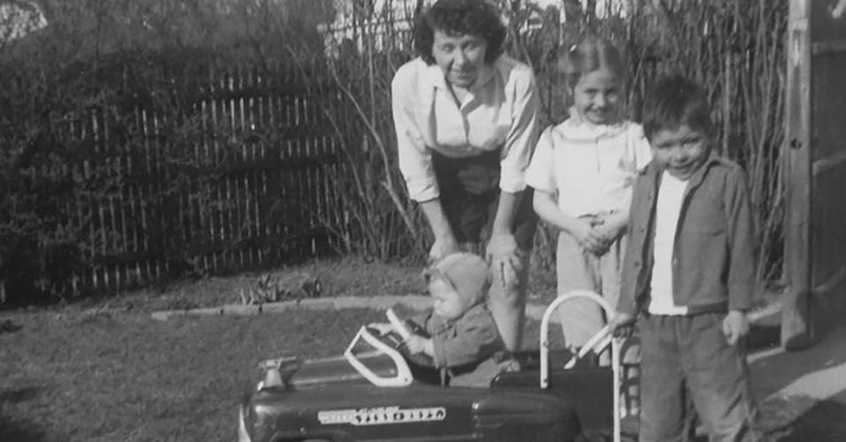 Hillary Rodham (na foto, ao volante do brinquedo, junto com a mãe e os dois irmãos) nasceu em 26 de outubro de 1947, em Chicago, no Estado de Illinois (EUA). Filha de Hugh Ellsworth Rodham, militar da Marinha, veterano da Segunda Guerra Mundial (1939-45), e de Dorothy Emma Howell, uma dona de casa. O pai, dono de um negócio de fabricação de cortinas, foi um apoiador do Partido Republicano, com o qual Hillary também simpatizou e apoiou no começo da vida