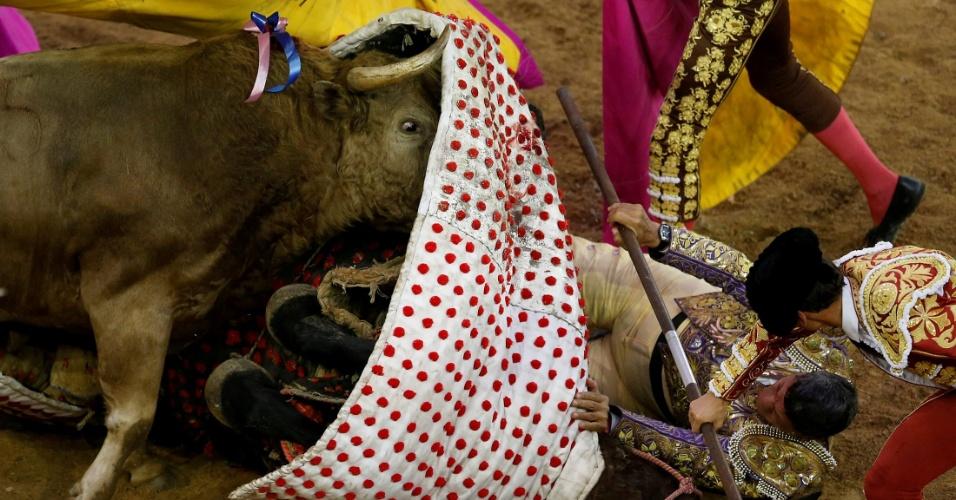 27.dez.2016 - Toureiro é atingido durante o Festival de Canaveralejo em Cali, Colômbia