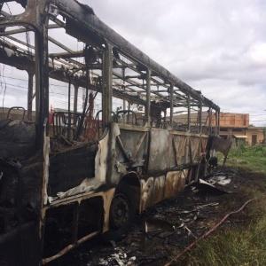 13.fev.2017 - Ônibus incendiado na cidade de Vespasiano, na região metropolitana de Belo Horizonte, na segunda-feira