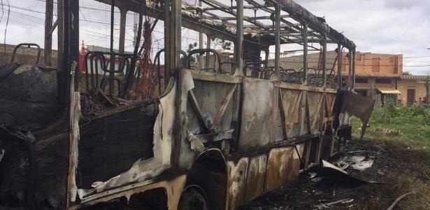 13.fev.2017 - Ônibus incendiado na cidade de Vespasiano, na região metropolitana de Belo Horizonte