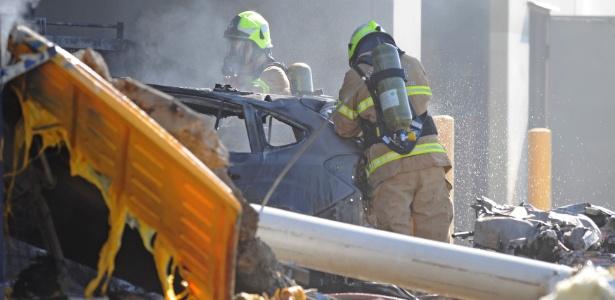 Equipes de emergência trabalham no local onde avião caiu em Melbourne, Austrália