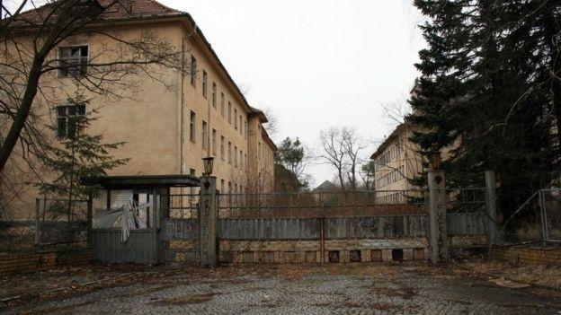 """Ruínas, antigas casernas restauradas e casas novas dividem o espaço na """"Cidade Proibida"""", localizada a cerca de 40 quilômetros ao sul de Berlim"""